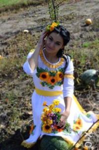 Платье с узорами из лент